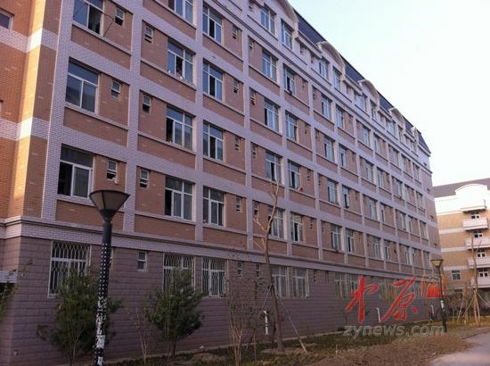 河南工业大学E区被窃寝室楼朝阳一侧-河南工业大学多间宿舍一夜被盗