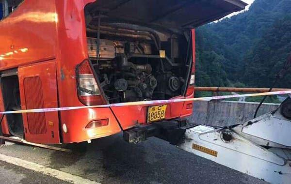 成都开往洛阳大客车在秦岭隧道撞壁 已致36人遇难13人伤 救援现场组图高清图片