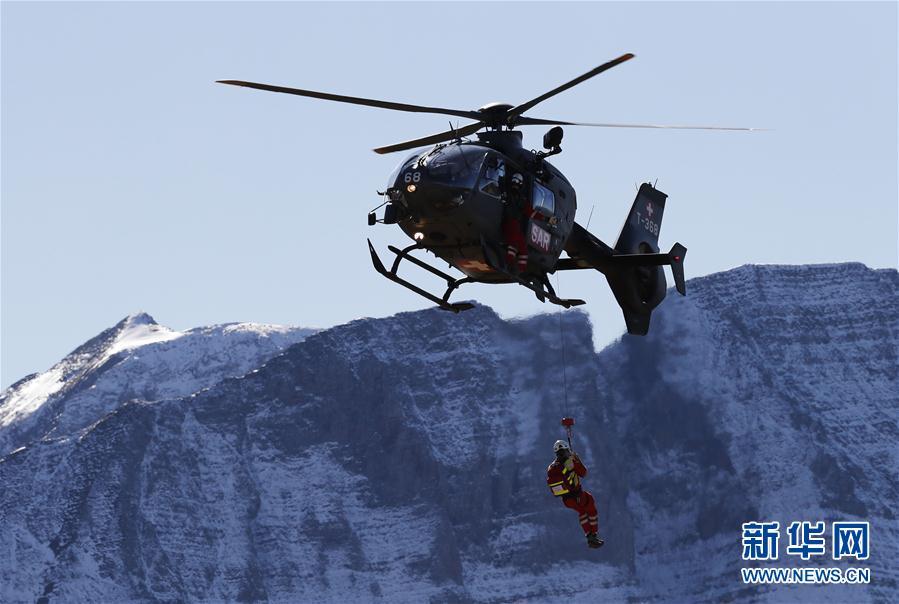 (国际)(5)瑞士空军在阿尔卑斯山区进行训练表演